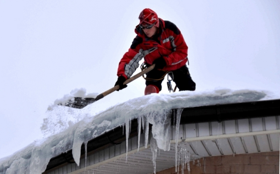 Уборка снега на крыше зимой